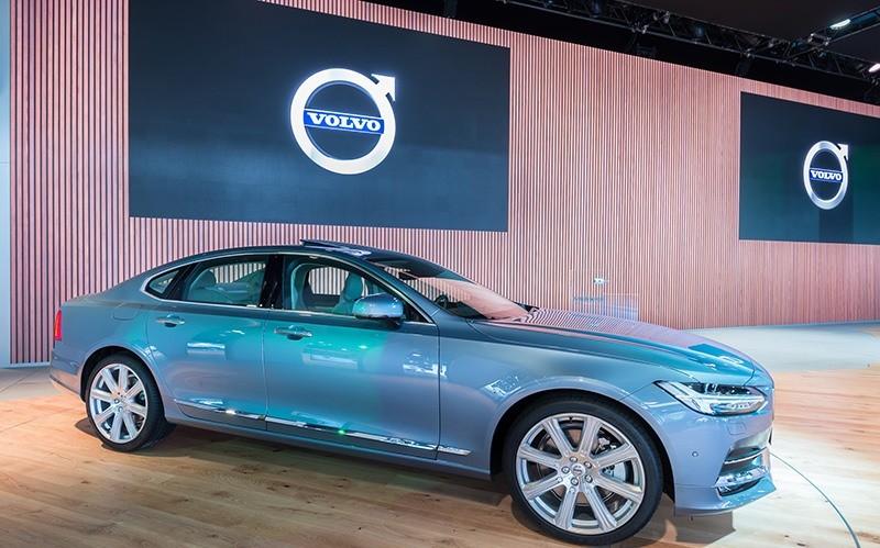 Světle modrý elektromobil Volvo na veletrhu